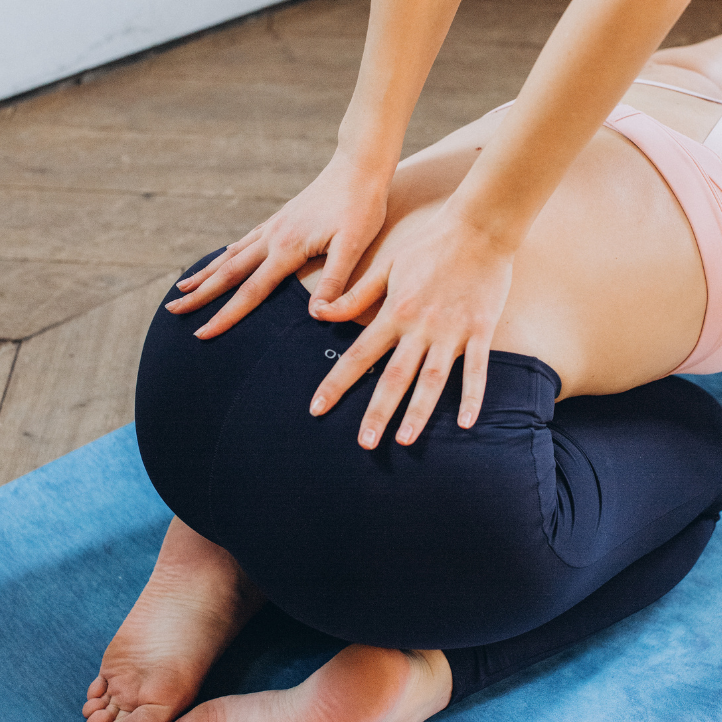 8 Natural Ways to Ease Back Pain | 8 natural ways to ease back pain WITHOUT having to reach for medication or pills. Relieve pain and improve the state of your back with these easy tips and tricks!