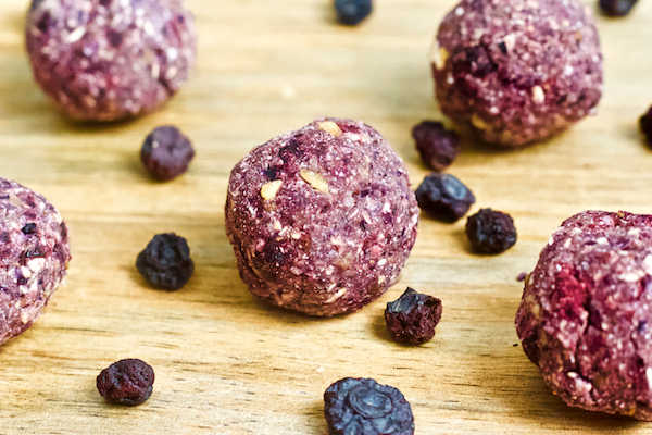 Soft oat bites with all the taste and sweetness of fresh blueberries. Bursting with flavor, rich in antioxidants, and full of fiber. Vegan, gluten-free, and no added sugar!