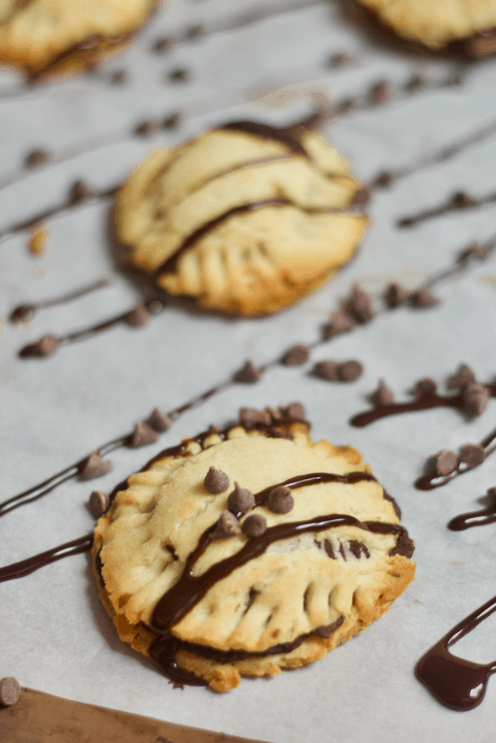 Gluten-Free Dessert Hummus Pods | Healthy Helper @Healthy_Helper Bite-sized mini pies filled with decadent brownie batter dessert hummus! You will love the flaky, buttery crust and sweet, creamy filling in these delectable bites of yum. Gluten-free high in plant-based protein! The perfect healthy snack or dessert.